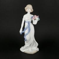 Фарфорова статуетка дівчина з квітами 2115