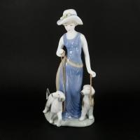 Фарфоровая статуэтка девушка с двумя собаками 0004