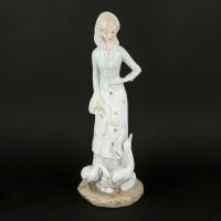 Красива статуетка дівчини з гусаком з порцеляни 0006
