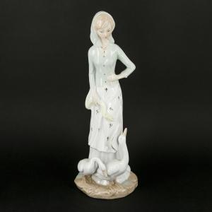 Красивая статуэтка девушки с гусем из фарфора 0006