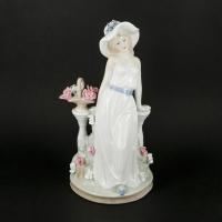 Статуетка з порцеляни девущка з квітами 0008