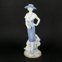 Красивая фарфоровая статуэтка дама с сумочкой 0350