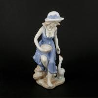Фарфорова статуетка дівчина з глечиком і лебідь 0746 Classic Art