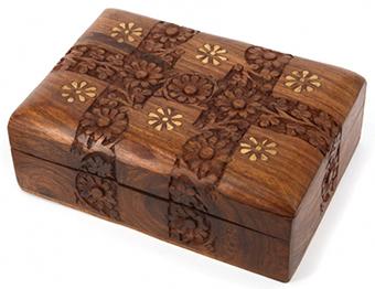 Деревянная шкатулка с резьбой и инкрустацией - фото darunok.ua
