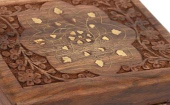 Красивый орнамент на деревянной шкатулке - фото darunok.ua