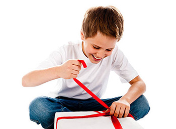 Детям всегда радостно получать презент - фото darunok.ua