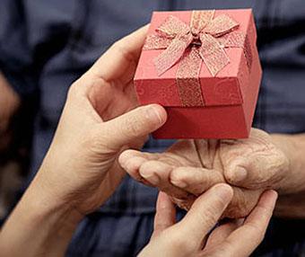 Сувенир в яркой упаковке для бабушки - фото darunok.ua