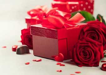 Красивая упаковка подарка для супруги на юбилей 45 лет - фото интернет-магазина darunok.ua