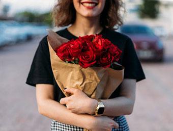 Оригинально оформленный букет сестре - фото darunok.ua