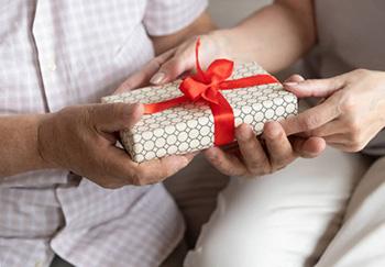 Вручение презента дедушке на юбилей 60 лет - фото интернет-магазина darunok.ua