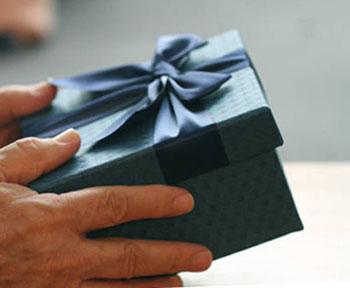 Подарок свекру в стильной упаковке - фото darunok.ua