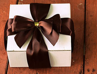 Подарок тельцу в праздничной упаковке - фото darunok.ua