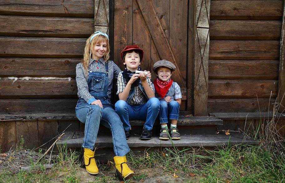 Дачница и дети отдыхают на даче - фото darunok.ua