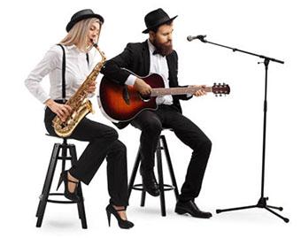 Музыканты за игрой на инструментах - фото darunok.ua