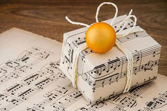 Идея для упаковки подарка музыканту - фото darunok.ua
