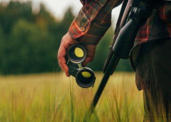 Охотник изучает местность - фото darunok.ua