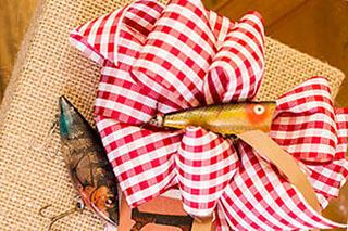 Интересное оформление подарка рыбаку - фото darunok.ua