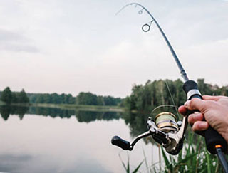Рыбак ловит рыбу - фото darunok.ua