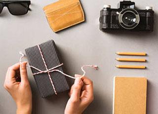 Подарок фотографу в процессе снятия упаковки - фото darunok.ua