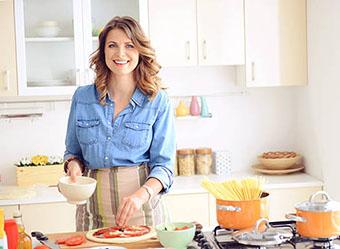 Хозяйка на кухне - фото darunok.ua