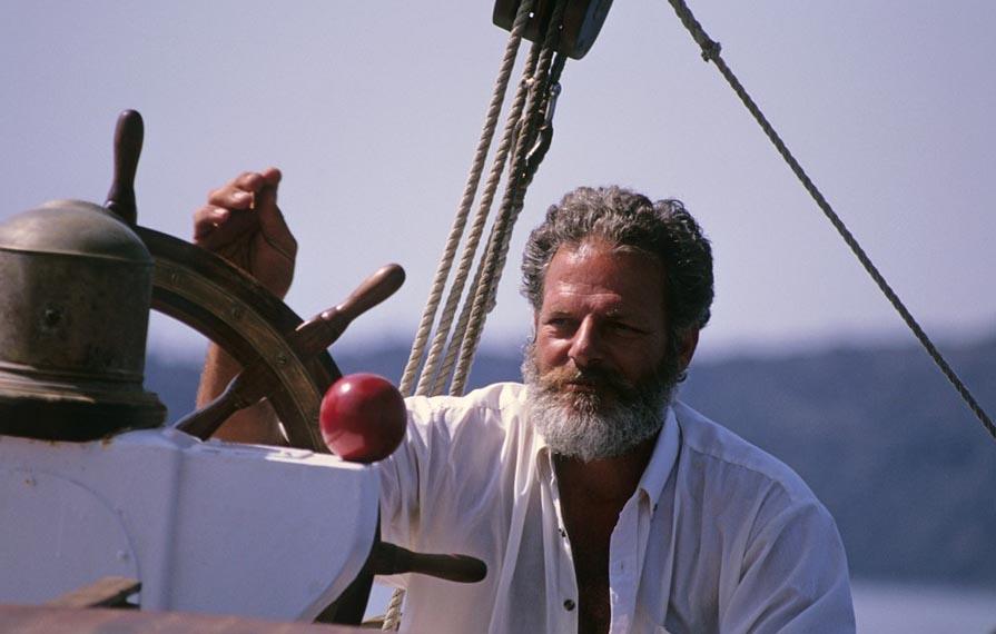 Капитан корабля управляет судном - фото интернет-магазина darunok.ua