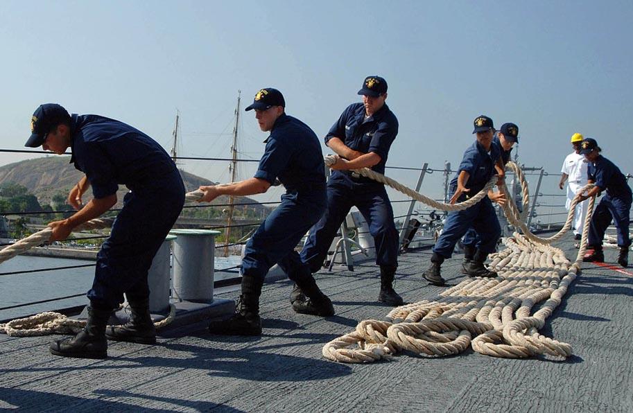 Матросы укладывают корабельный канат - фото интернет-магазина darunok.ua