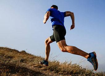Спортсмен на пробежке - фото darunok.ua