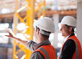 Строители обсуждают рабочие моменты - фото darunok.ua