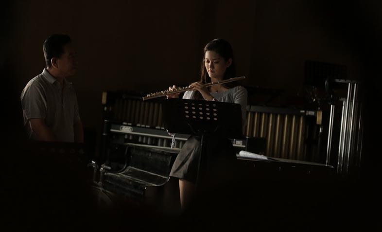 Учитель музыки проводит урок - фото интернет-магазина darunok.ua