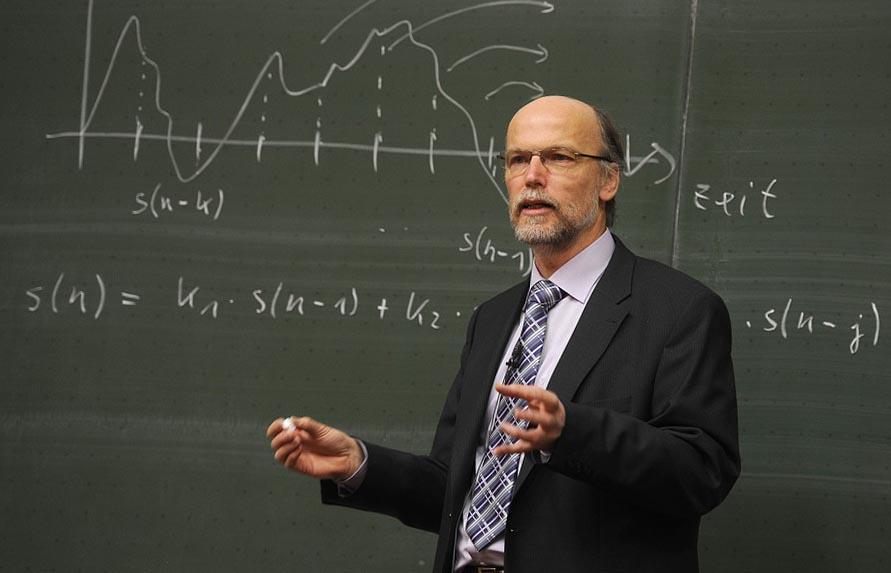 Вчитель фізики проводить урок - фото інтернет-магазину darunok.ua