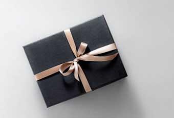 Подарунок в класичній упаковці - фото Дарунок