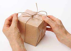 Папа открывает подарок - фото Дарунок