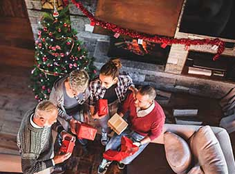 Новий рік в колі близьких людей - фото інтернет магазин darunok.ua