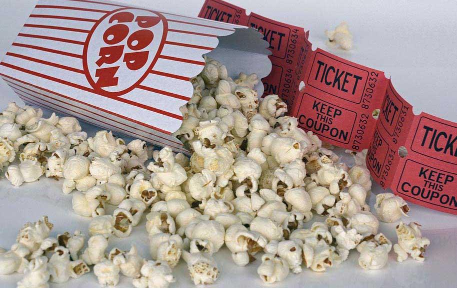Билет на фильм и попкорн для киномана - фото darunok.ua