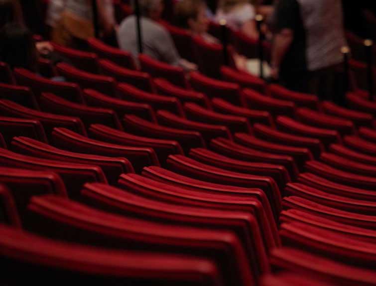 Театралы в театре перед выступлением - фото darunok.ua