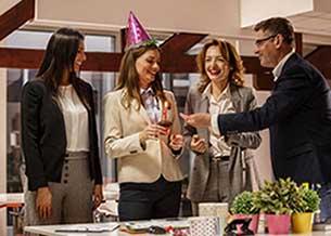 Корпоративне привітання на День народження - фото darunok.ua