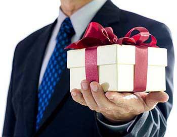 Вручение корпоративного элитного подарка - фото darunok.ua