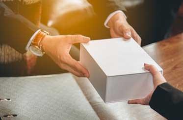 Вручение подарка - фото darunok.ua