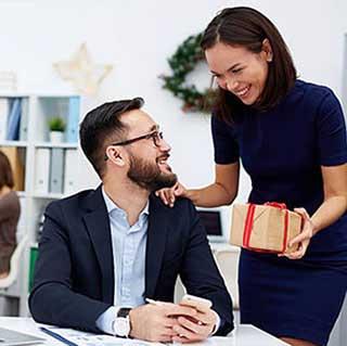 Поздравление делового мужчины в рабочей обстановке - фото darunok.ua