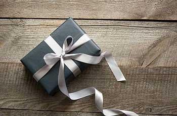 Подарок упакованный в классическом стиле - фото darunok.ua