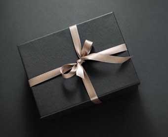 Упаковка презенту чоловіку - фото Дарунок