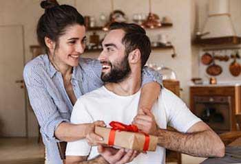 Вручення сюрпризу на День Валентина - фото darunok.ua