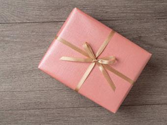 Подарок Деве, оформленный лентой - фото интернет магазина darunok.ua