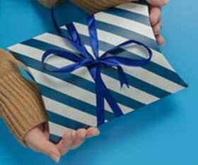 Яркая упаковка подарка на Новый Год геймеру - фото darunok.ua