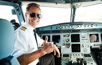 Летчик в кабине самолета - фото Дарунок