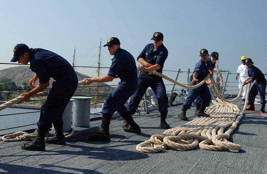 Матроси укладають корабельний канат - фото Дарунок