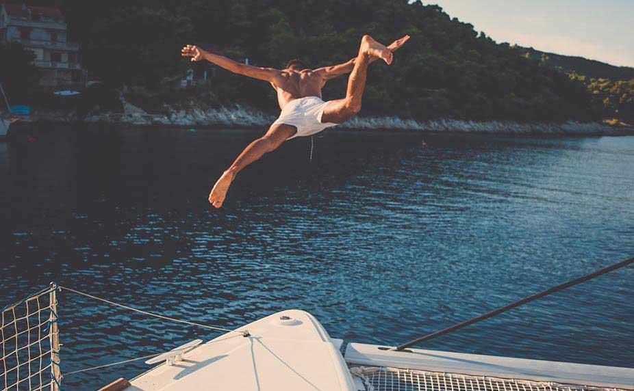 Яхтсмен стрибає в воду - фото Дарунок