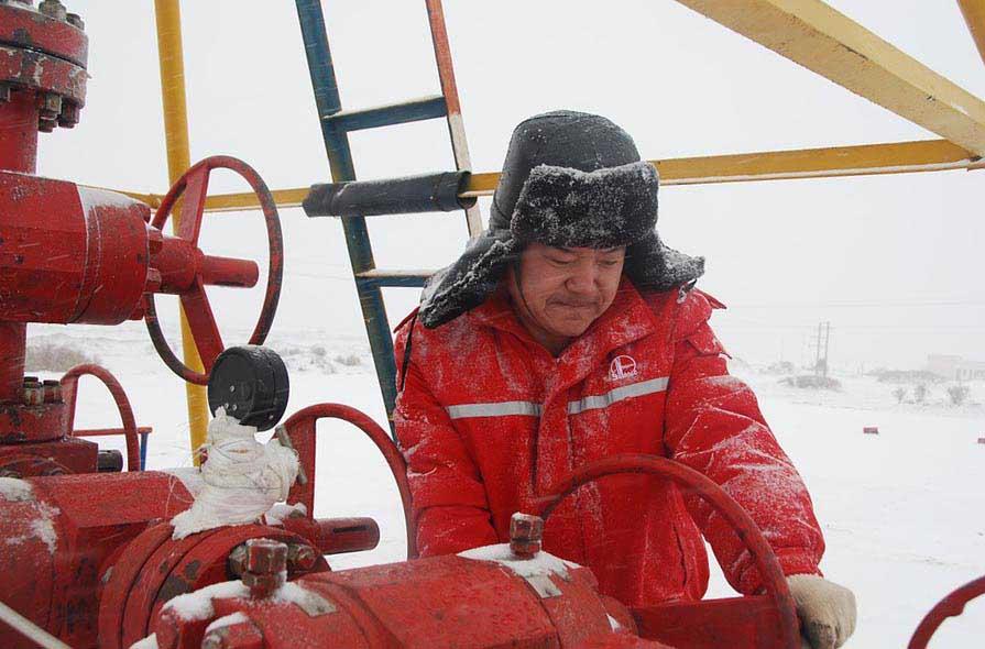 Нефтяник вращает кран - фото darunok.ua