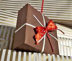 Подарок пожарнику с интересным дизайном упаковки - фото darunok.ua