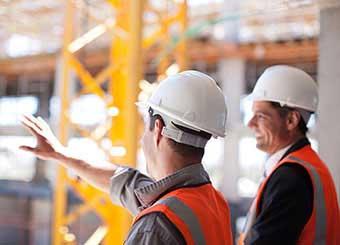 Строители обсуждают рабочие моменты - фото Дарунок